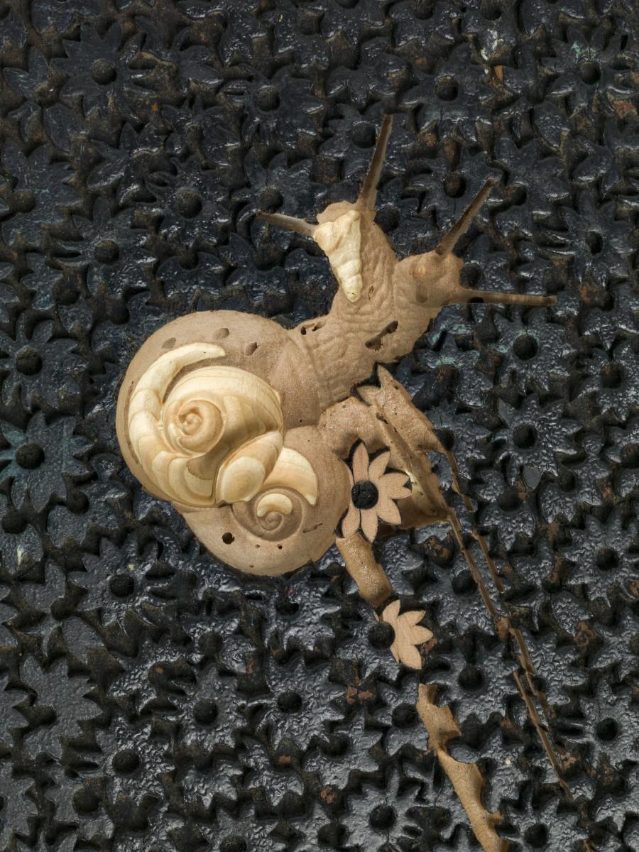 Detail: Anri Sala, If and Only If (modern times), 2018, Gefrästes Filmstill auf Textildruck-Stempel aus Holz, 6 x 27,5 x 37,5 cm (Skulptur), 80 x 40 x 30 cm (Sockel), 86 x 40 x 30 cm (Installation). Foto © Andrea Rossetti
