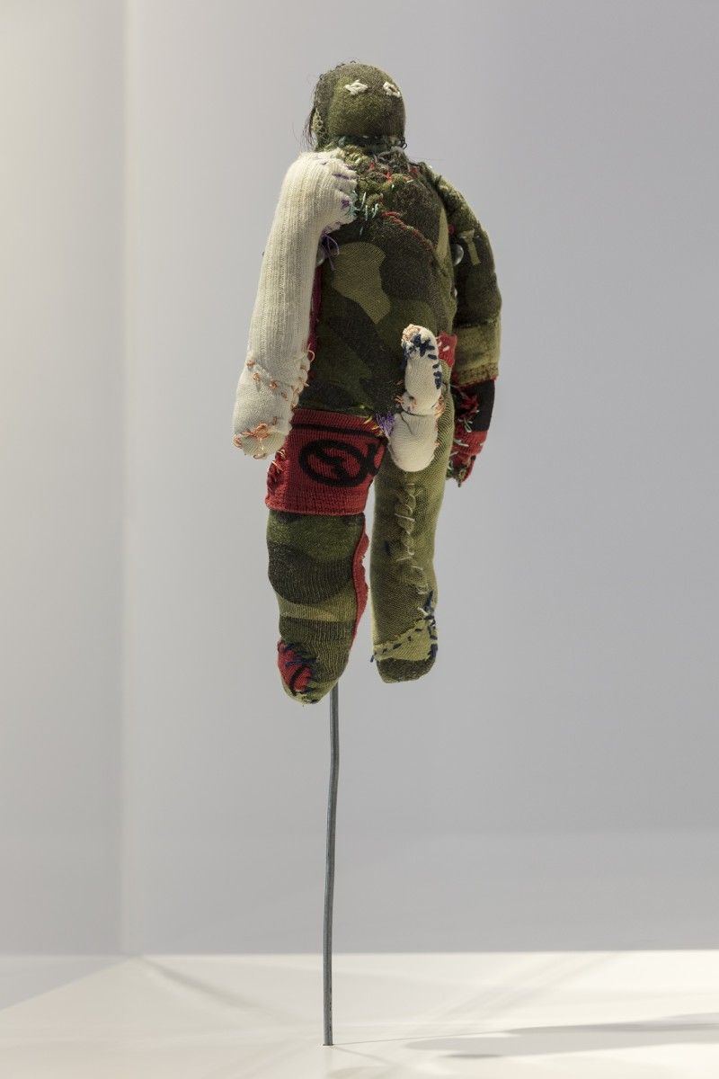 Detail: AA Bronson, Voodoo Doll (AA Bronson and Mark Jan Krayenhoff van de Leur) (in collaboration with Reima Hirvonen), 2013, Set aus 2 Puppen, Mixed Media, 60 x 50 x 50 cm (23 5/8 x 19 3/4 x 19 3/4 in) (Vitrine), Foto © Andrea Rossetti
