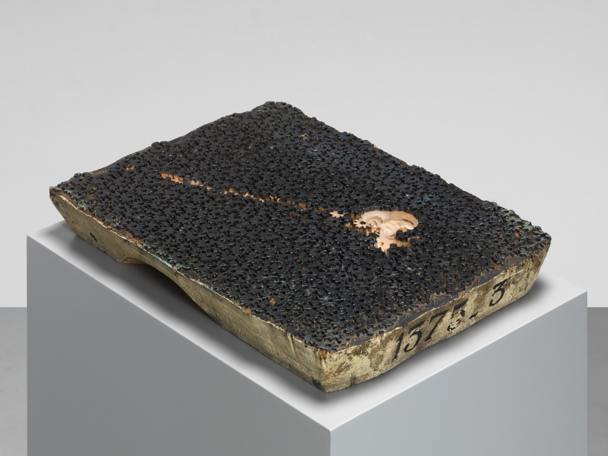 Anri Sala If and Only If (modern times), 2018 Gefrästes Filmstill auf Textildruck-Stempel aus Holz 6 x 27,5 x 37,5 cm (Skulptur) 80 x 40 x 30 cm (Sockel) 86 x 40 x 30 cm (Installation)