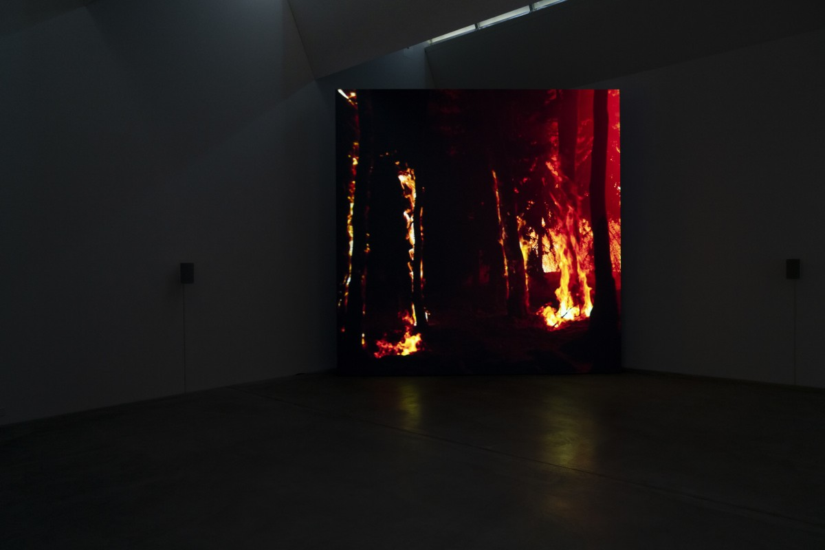 David Claerbout, Wildfire (meditation on fire), 2019-2020, single channel video projection, 3D animation (stereo audio, color), duration: 24 min, edition of 7. Exhibition view: David Claerbout: Laziness of Action, Beim Stadthaus, Kunst Museum Winterthur, 2020. Photo © Reto Kaufmann (Zurich)