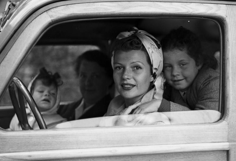 <p><span>Rita Hayworth driving with her daughters, 1951</span></p>