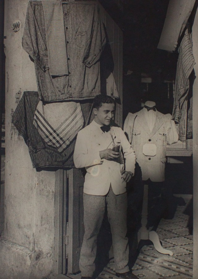 "<div class=""artist""><strong>Horacio Coppola</strong></div><div class=""title_and_year""><em>Sastreria en el Barrio de la Boca, Buenos Aires</em>, 1936</div><div class=""medium"">Vintage silver gelatin print</div><div class=""dimensions"">15.7 x 21.3 cm</div><div class=""signed_and_dated"">Signed and dated in pencil on verso</div>"
