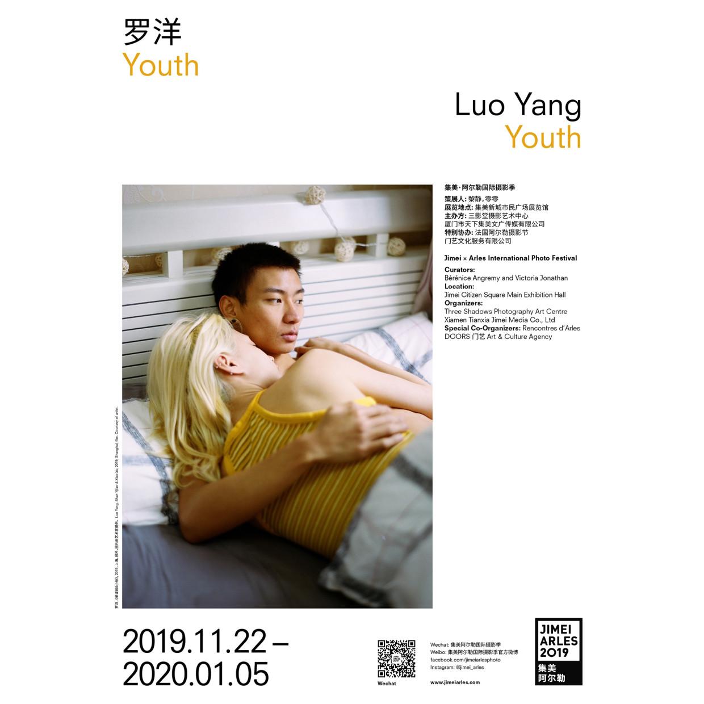 """策展人 :黎静&零零 在她的新系列作品《Youth》中,罗洋将目光聚焦于90年代和21世纪初出生的中国年轻一代的都市青年。他们似乎很好地扎根于这个时代,但却与当今中国年轻的社会主流思潮背道而驰。那些在摄影师镜头前游走的人们似乎是在寻求某种强烈的身份认同: 纹身,个性张扬的异色头发,他们更加开放的以改变外在样貌的方式,来展现自己的内在形象。但他们绝不仅仅是时尚杂志上所呈现出的那种陈词滥调。在每一幅人像摄影作品的背后,我们似乎能感受到那些不可视且个性奇特的故事: 年青人已逐渐成熟,脱离稚嫩的外表,但他们的行为在某种程度上仍然像孩子般自我和纯粹。男孩们用他们身体上不安的脆弱和敏感来反抗着社会规范,女孩骄傲地展示他们的二元性别与她们纯真洒脱的爱情观念。 罗洋以其独有的敏感拍摄了这些中国社会的非典型人物,正如她花费近十年为《女孩》系列拍摄的各色年轻女性一般。自2019年起,她一直致力于""""记录""""她每天遇到的年轻一代,她坚持保存和保管着这一摄影脉迹的历史责任。这是先锋的一代,更多与西方注重自我价值的 """"性、电子与迷幻音乐""""文化相吸引,而非追逐于""""韩国流行娱乐""""文化,这也与当今中国年轻人所崇拜的偶像男团、流行乐队、娱乐明星或小鲜肉所传达的矫揉造作和空洞形象形成鲜明对比。 策展人:黎静&零零 罗洋获得了2019女性摄影师奖"""