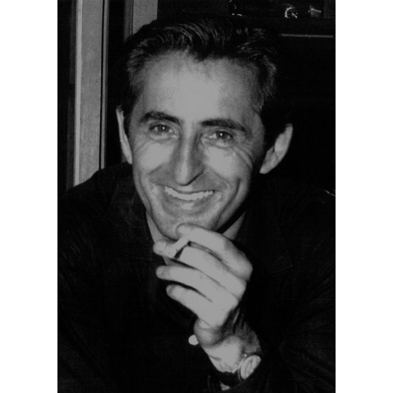 """艺术家 雷蒙德·考切提尔 1920年生于法国巴黎。 在巴黎生活和工作。 雷蒙德·考切提尔在25岁时开始接触摄影,同年他在印度支那成立了法国空军新闻处。1953年,考切提尔发行了首张摄影专辑《印度支那的天空》并获得了巨大成功。他的作品曾在日本和美国展出。在日本,他被认为是重要的摄影师。1961年史密森学会的展览""""越南面孔""""在全国巡展为期两年。20世纪50年代末,他开始拍摄电影场景,几年后成为见证法国新浪潮的非官方摄影师。如今他的电影摄影作品在世界各地展出。 艺术家自拍照。"""