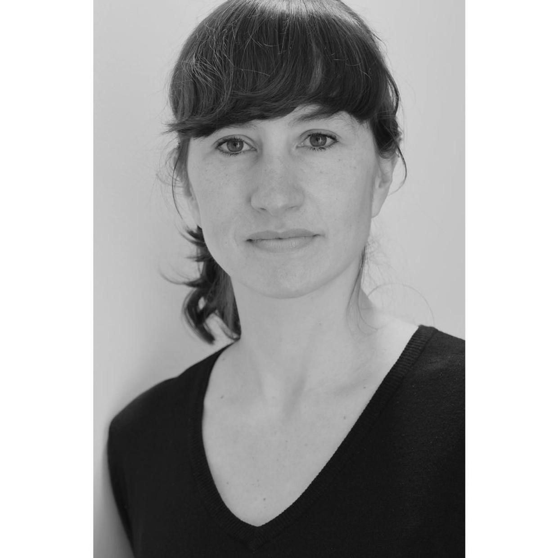 策展人 玛丽·帕帕佐格鲁 1980年生于比利时布鲁塞尔。 在布鲁塞尔生活和工作。 艺术史学家和博物馆学家玛丽·帕帕佐格鲁曾是布鲁塞尔植物园博物馆(Botanique)的展览艺术总监。八年的任职期间,当代摄影是其项目的明确定位。目前,玛丽是一名独立策展人,围绕着视觉艺术策划展览项目,并持续关注新兴创作。自2019年9月以来,她参与了布鲁塞尔'艺术家运营空间:灰光项目'(Artist Run Spaces: Greylight Projects)的艺术策划。 肖像来源:本人提供。