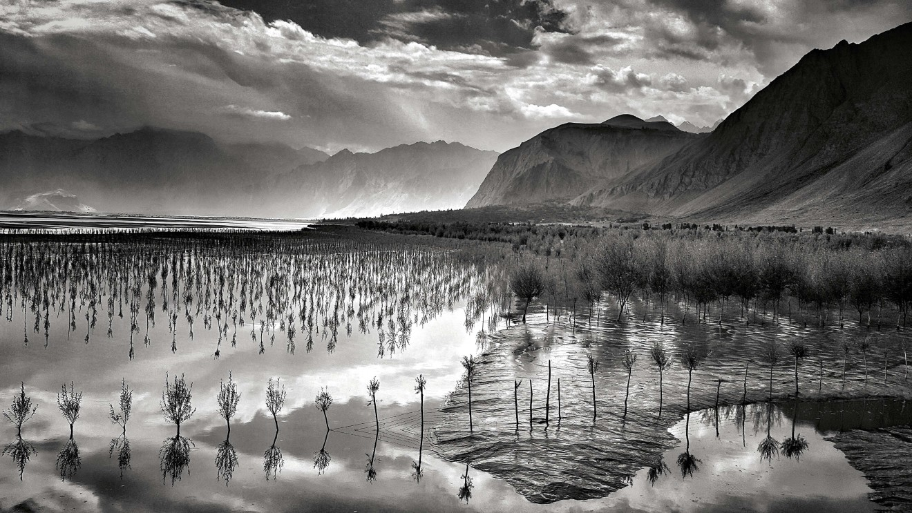 William Dalrymple , Dawn over Skardu, Pakistan I
