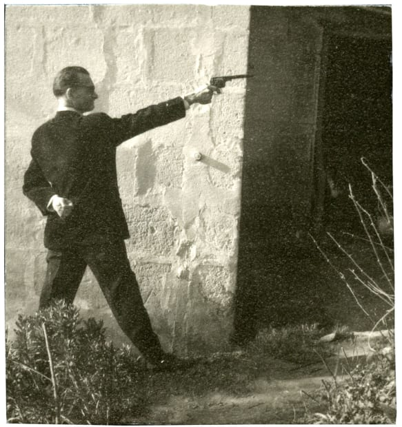 Pierre Molinier tirant au pistolet, circa 1955