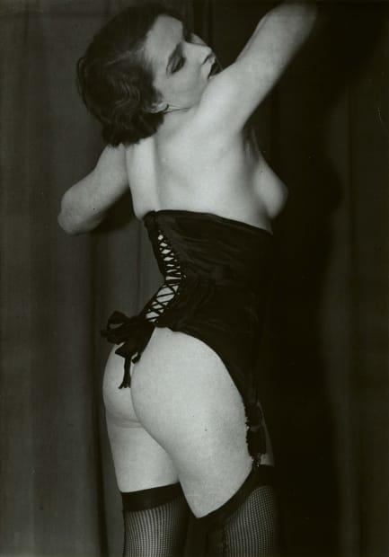 Le Corset Noir, 1932