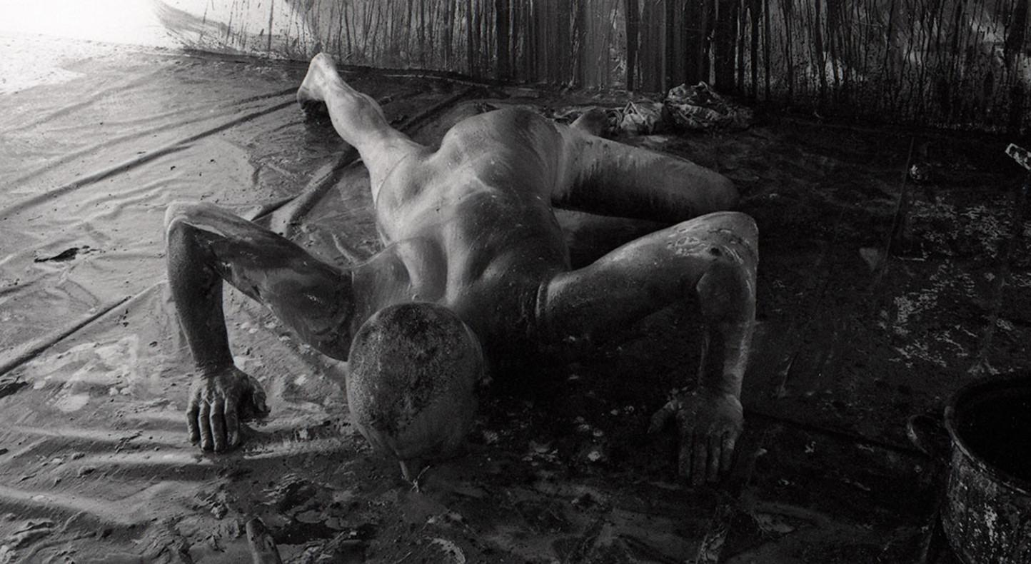 Stuart Brisley, Moments of Decision/Indecision, 1975, Performance - 6 days, Galeria Teatra Studio, Palac Kultury i Nauki, Warsaw, photograph by Leslie Haslam.