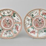 A PAIR OF RARE CHINESE FAMILLE VERTE AND NOIR DISHES, Kangxi (1662-1722)