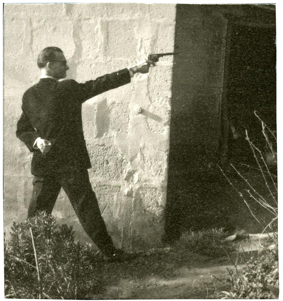 Pierre Molinier, Pierre Molinier tirant au pistolet, circa 1955