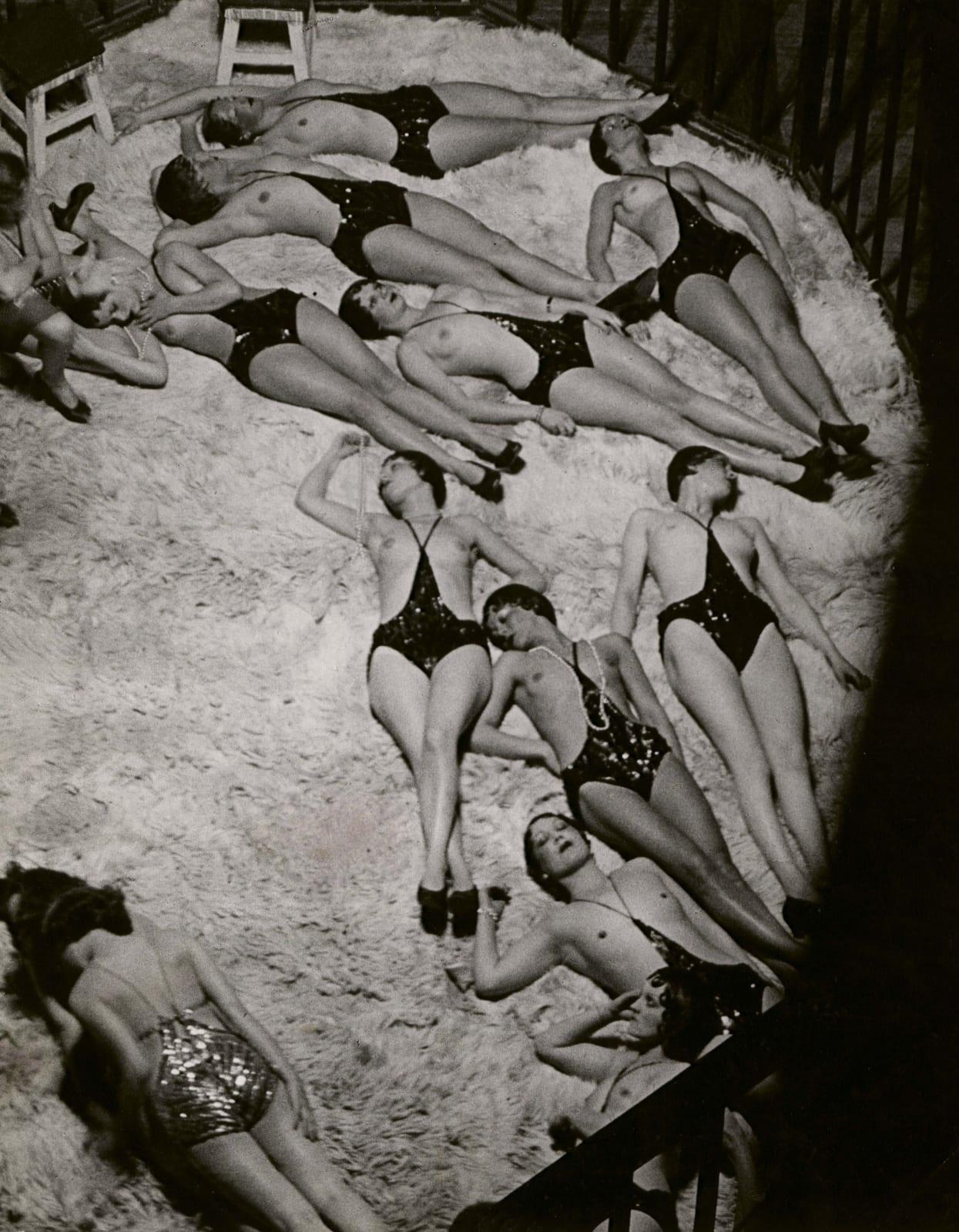 Brassaï, Le Dompteur et ses Fauves, vue des Coulisses des Folies-Bergère, 1932