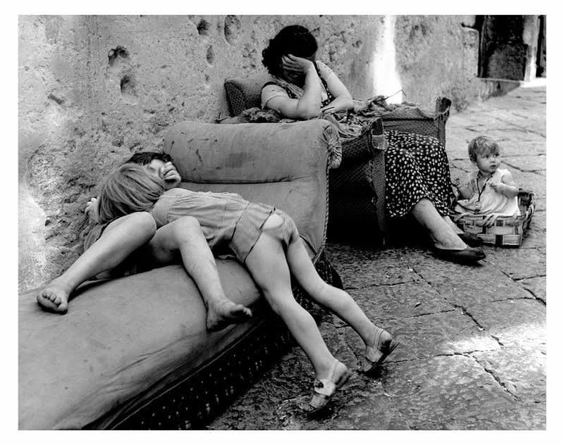 Sabine Weiss, Une rue à Naples, 1955