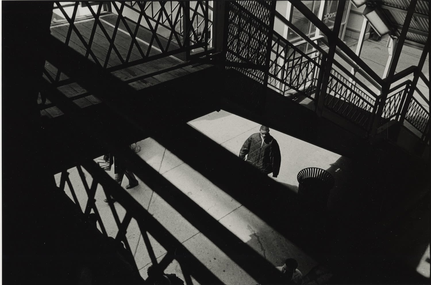 Tom Arndt, Man in a jacket, Looking down from L platform, Chicago, 2003