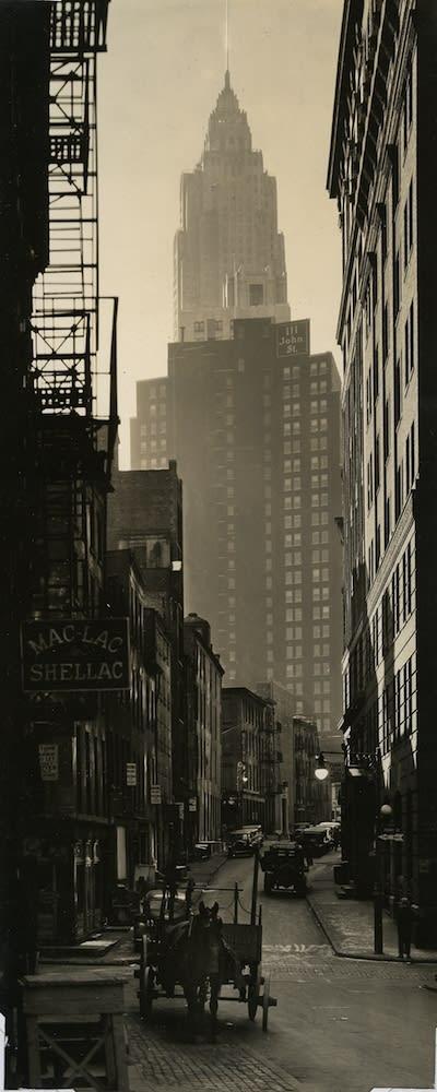 Berenice Abbott Cliff and Ferry Streets, Manhattan Tirage gélatino-argentique d'époque 9 x 21,7 cm Dim. papier: 9 x 21,7 cm