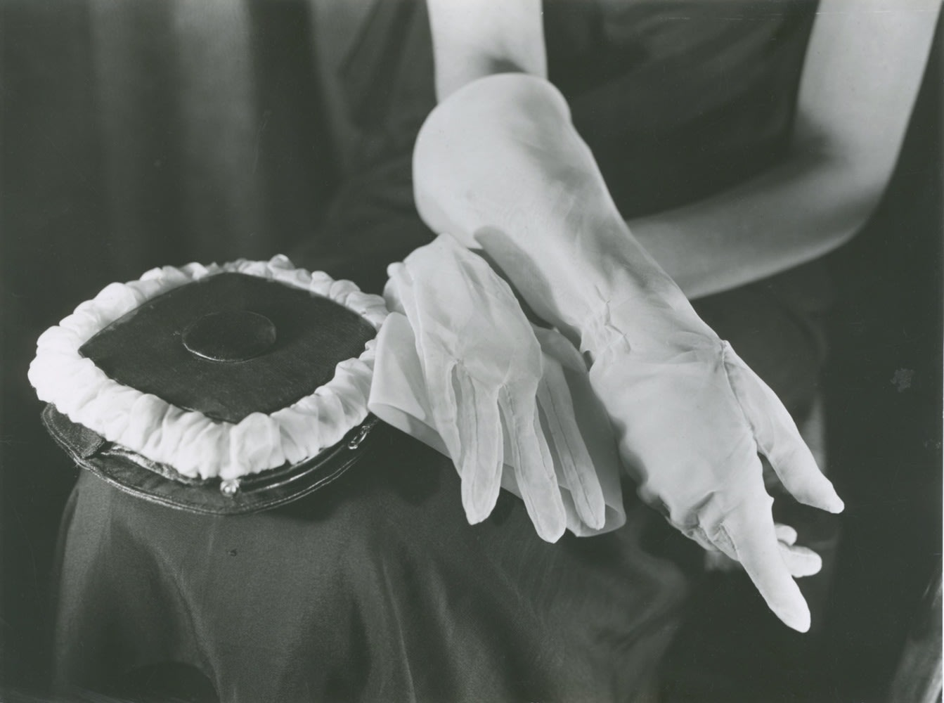Germaine Krull, Des gants blancs, 1925-1926