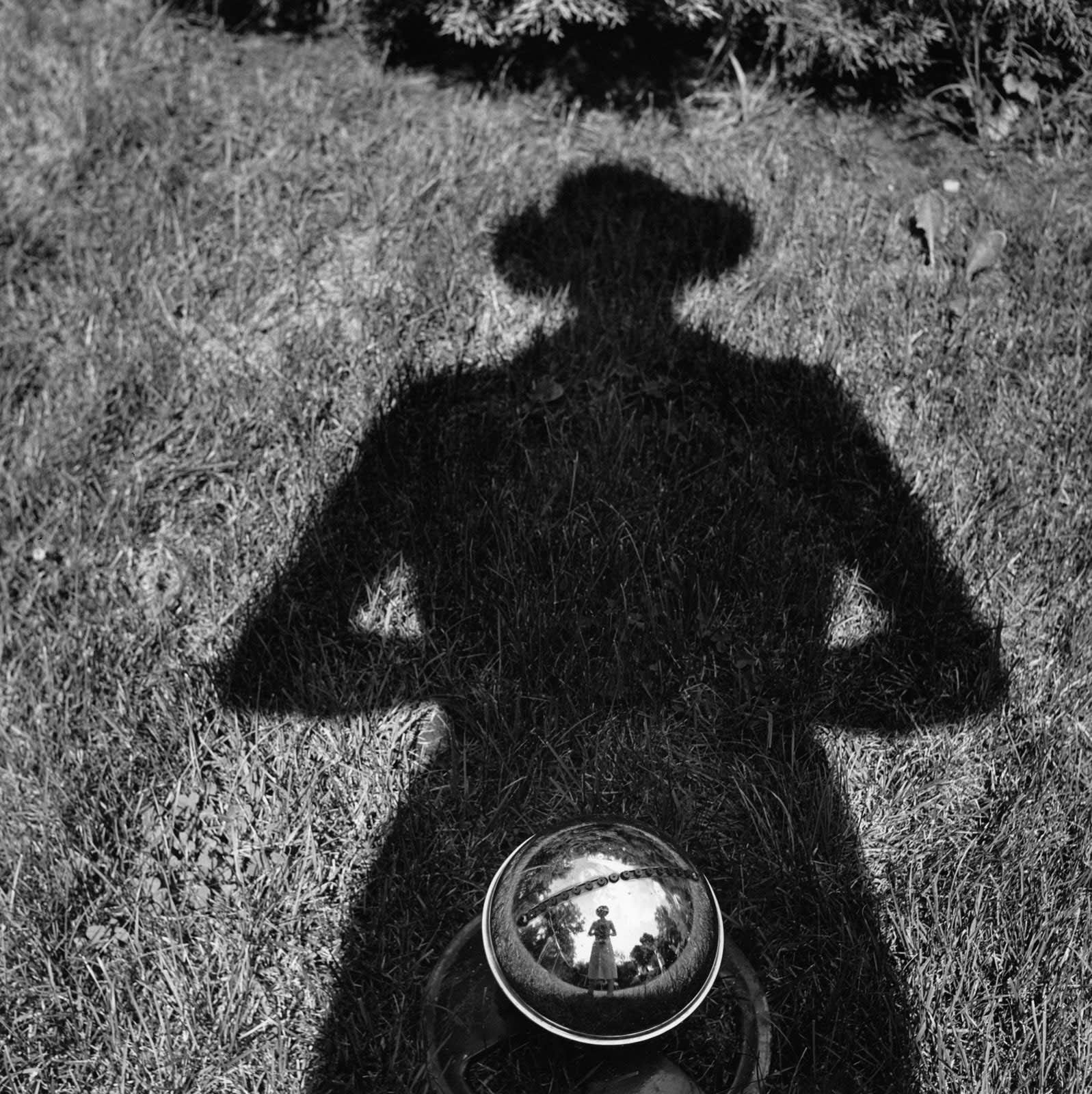 Vivian Maier Untitled, Self-portrait Tirage gélatino-argentique, posthume 30 x 30 cm Dim. papier: 40 x 50 cm