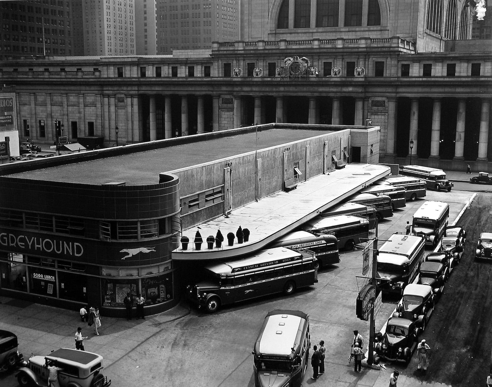 Berenice Abbott Greyhound Bus Terminal Tirage gélatino-argentique postérieur 49,3 x 39,2 cm Dim. papier: 61 x 76 cm