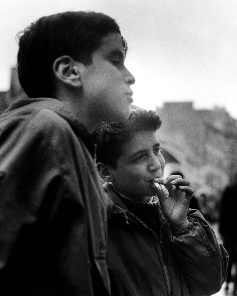 Sabine Weiss, La première cigarette, Paris, 1957