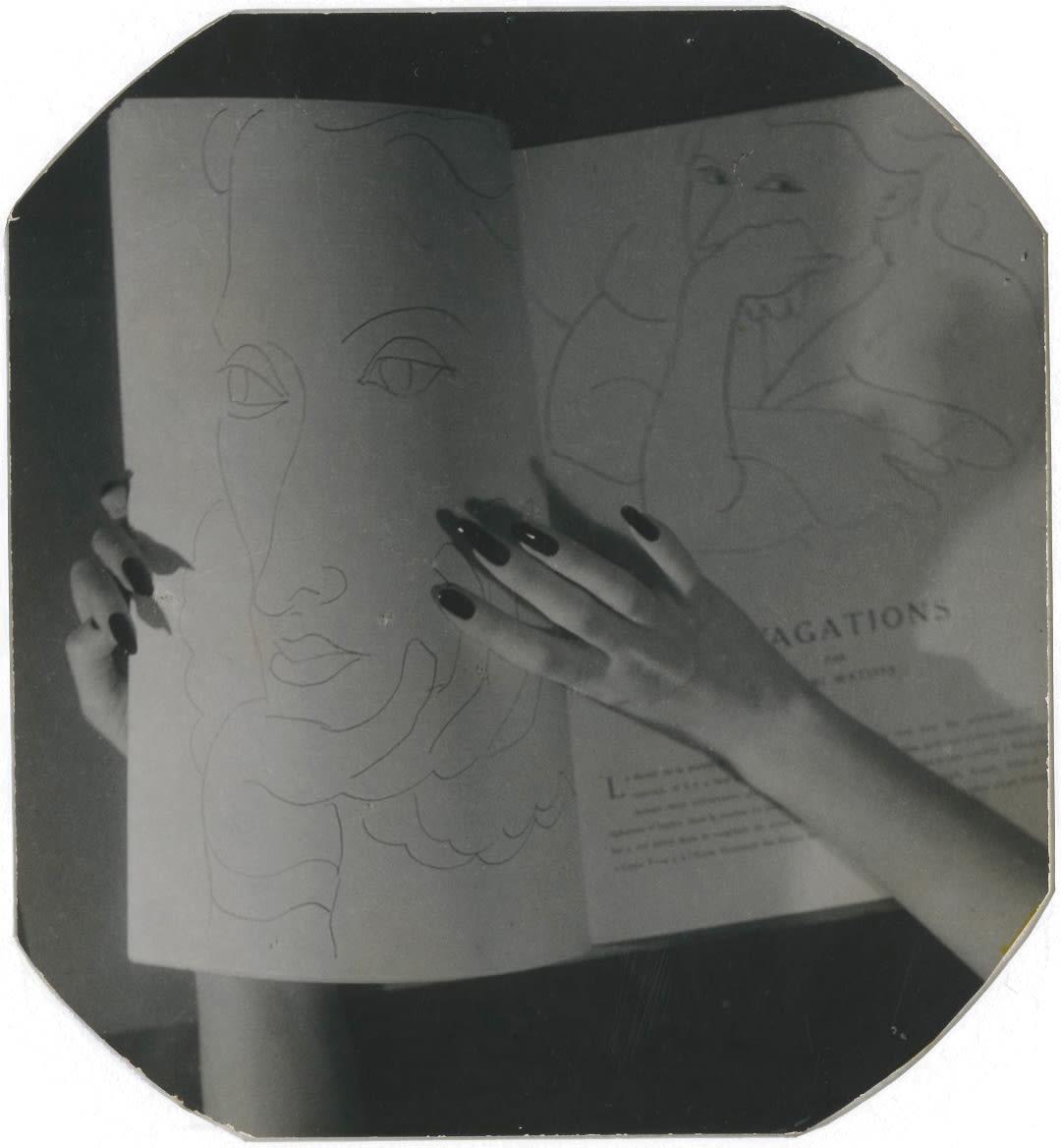 Jacques-Henri Lartigue, Les mains de Florette aux dessins de Matisse, 1944