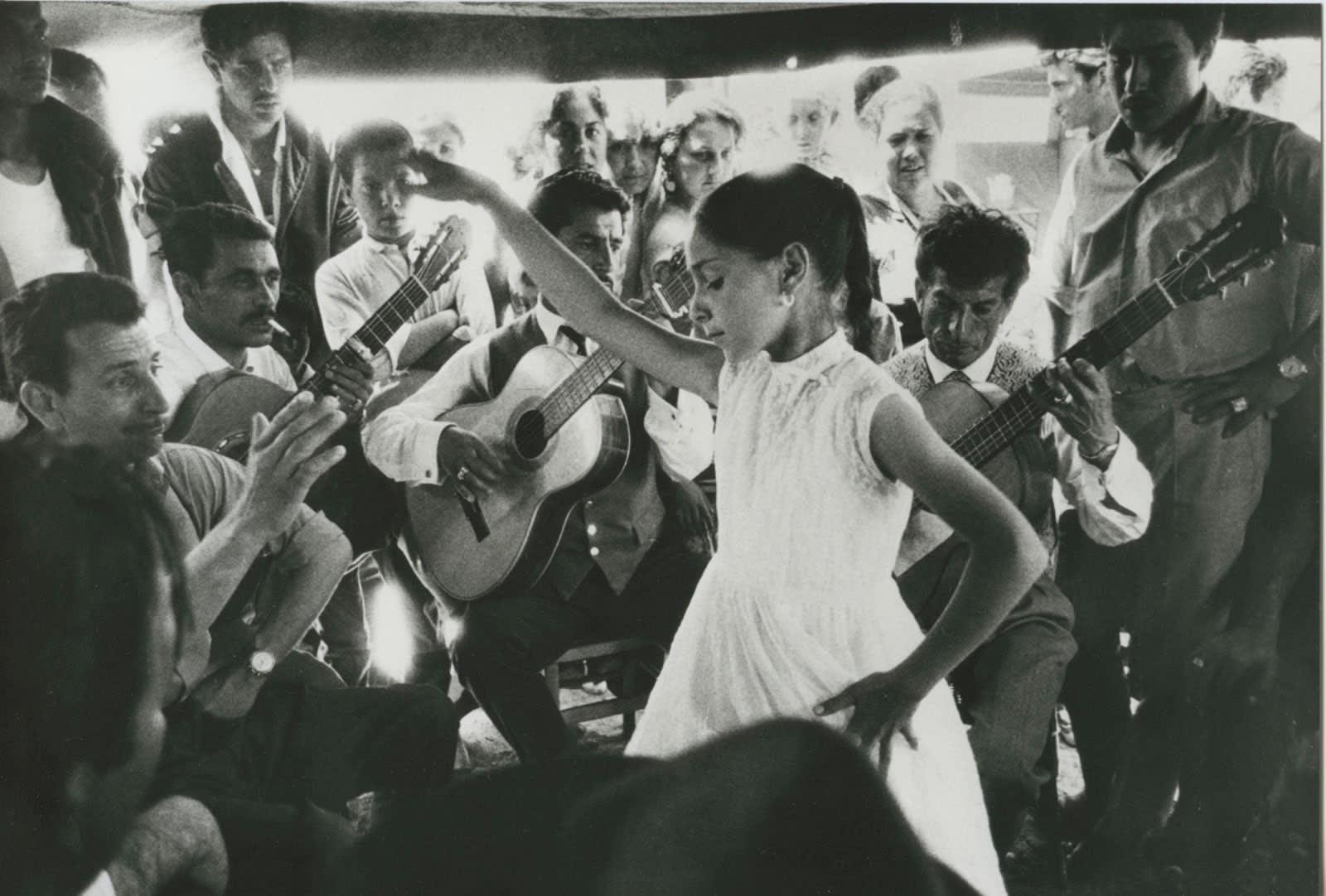 Sabine Weiss, Petite gitane et Manitas de Plata, Saintes-Maries-de-la-Mer, 1960