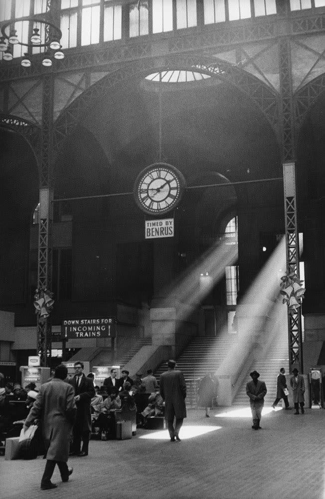 Sabine Weiss Pennsylvania Station, New York Tirage gélatino-argentique d'époque réalisé par l'artiste 18,5 x 29 cm Dim. papier: 18,5 x 29 cm