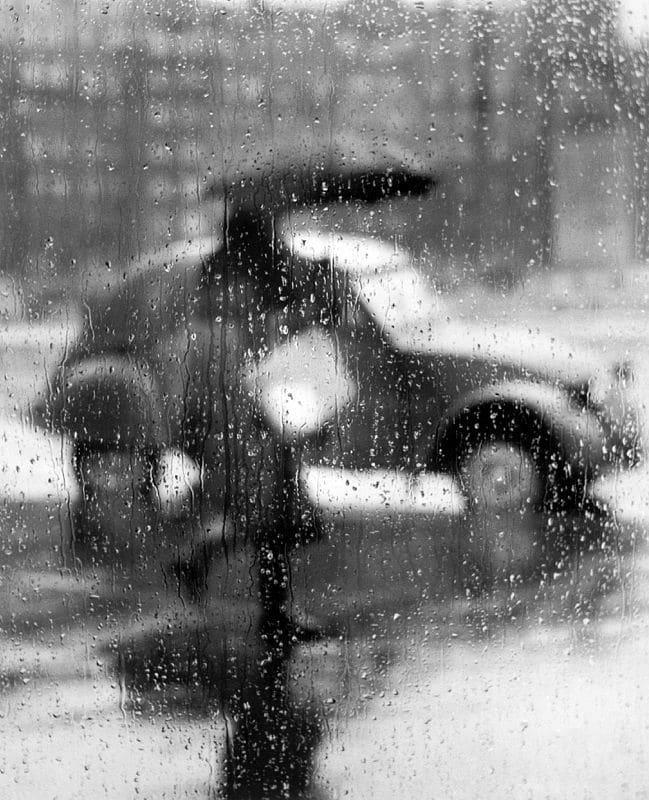 Sabine Weiss, 2 CV sous la pluie, Paris, 1957