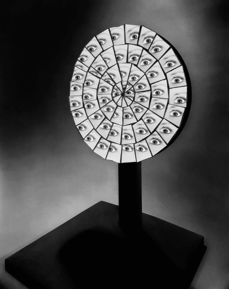 Berenice Abbott Parabolic Mirror, Cambridge, Massachusetts Tirage gélatino-argentique postérieur 27 x 34,6 cm Dim. papier: 40 x 50 cm