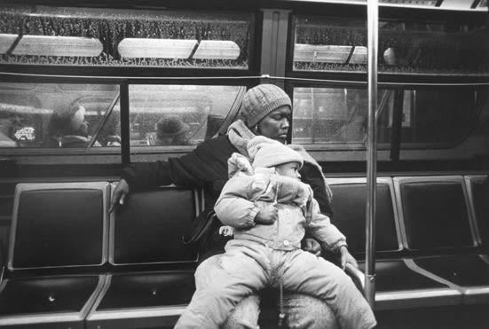 Tom Arndt Mother and child on a bus, Chicago Tirage gélatino-argentique moderne, réalisé par l'artiste 21,5 x 32,2 cm Dim. papier: 28 x 35,3 cm
