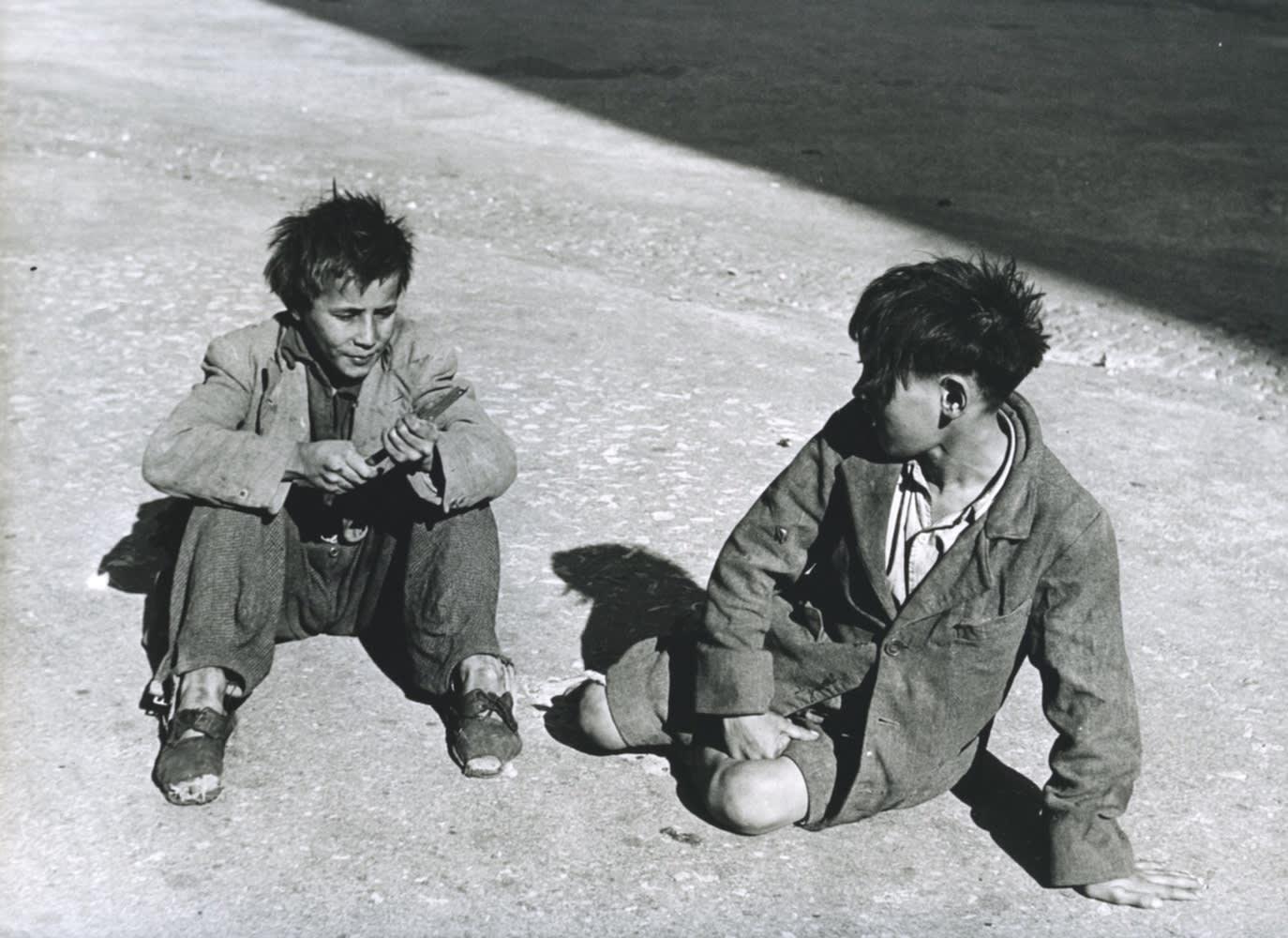 Sabine Weiss, Gitans, Palais des Papes, Avignon, 1946