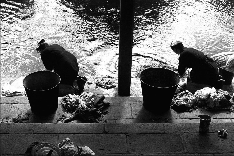 Sabine Weiss, Les lavandières, Bretagne, 1954