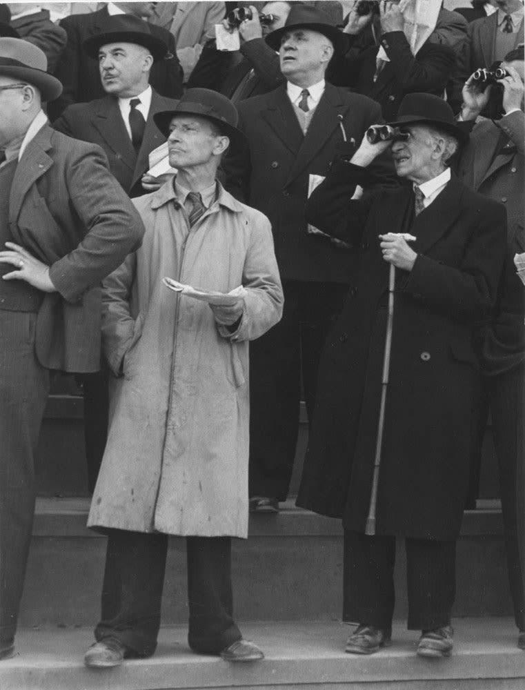 Sabine Weiss Course à Longchamp, Paris Tirage gélatino-argentique postérieur 26,2 x 34,8 cm Dim. papier: 30 x 40 cm