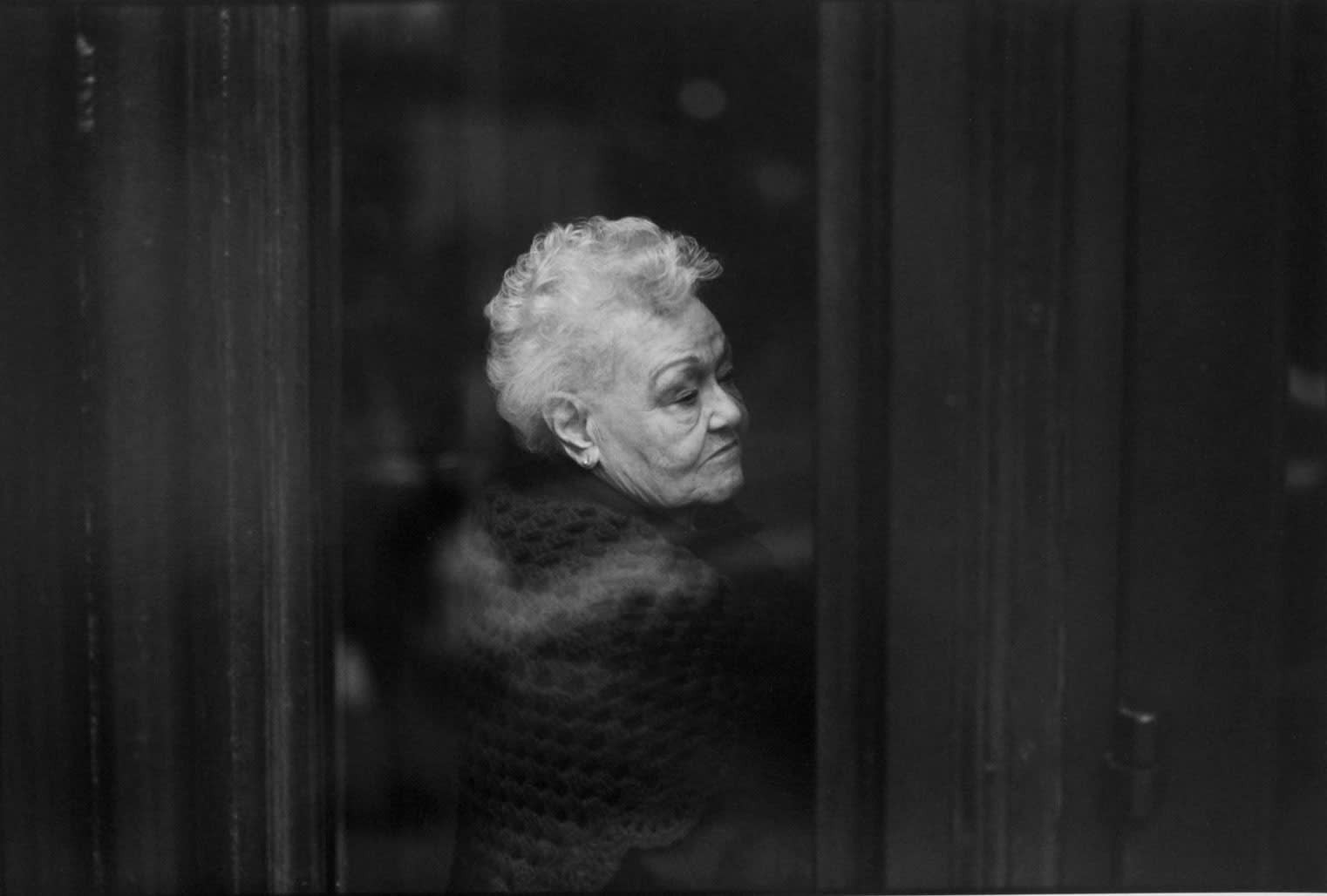 Tom Arndt, Woman waiting for a bus, Chicago, 1997
