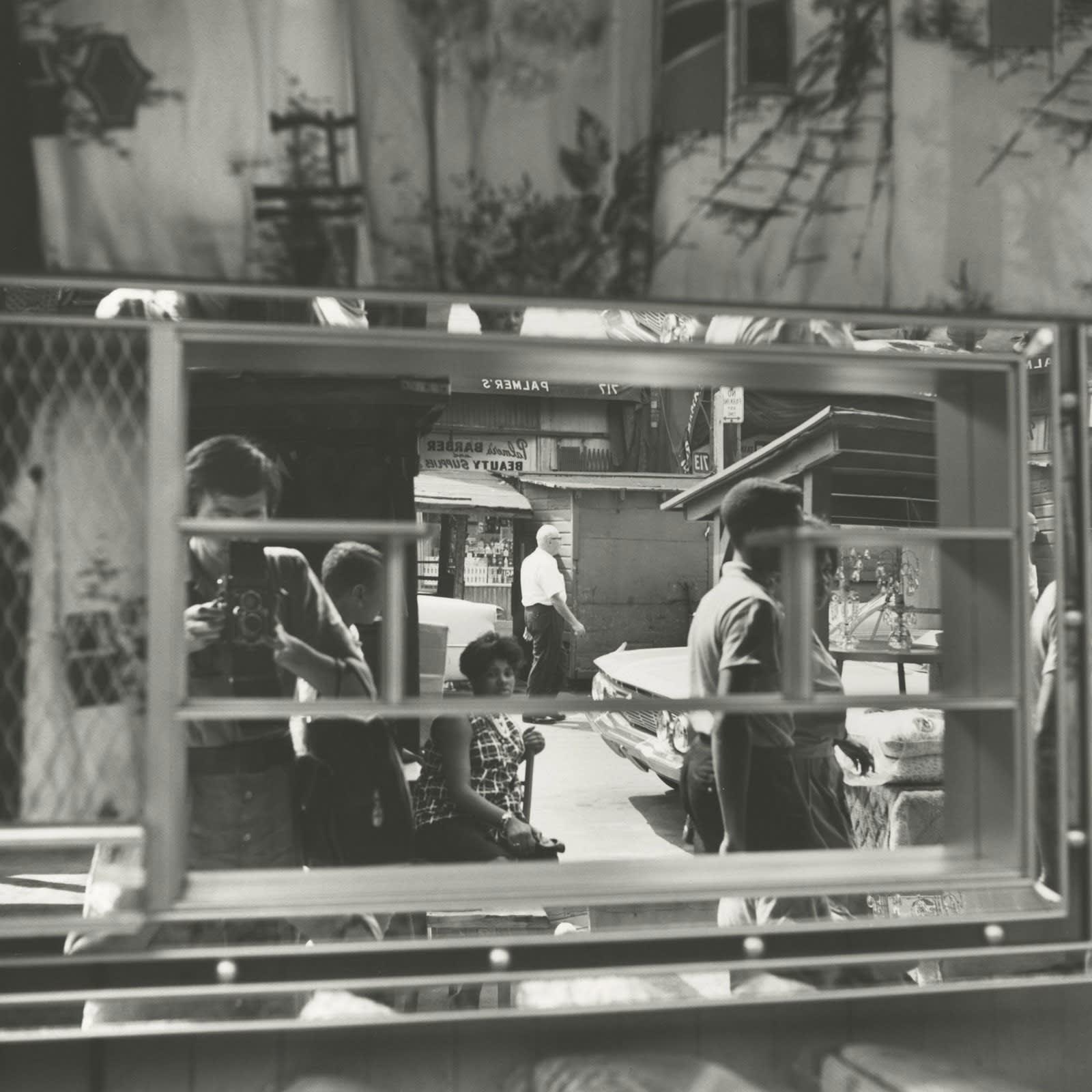 Vivian Maier Self-portrait, Halsted Street, Chicago Tirage gélatino-argentique, posthume 30 x 30 cm Dim. papier: 40 x 50 cm