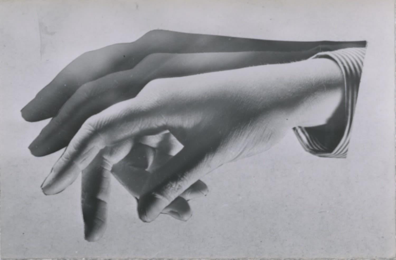André Steiner Étude de mains Tirage gélatino-argentique d'époque 6 x 9,1 cm Dim. papier: 6 x 9,1 cm