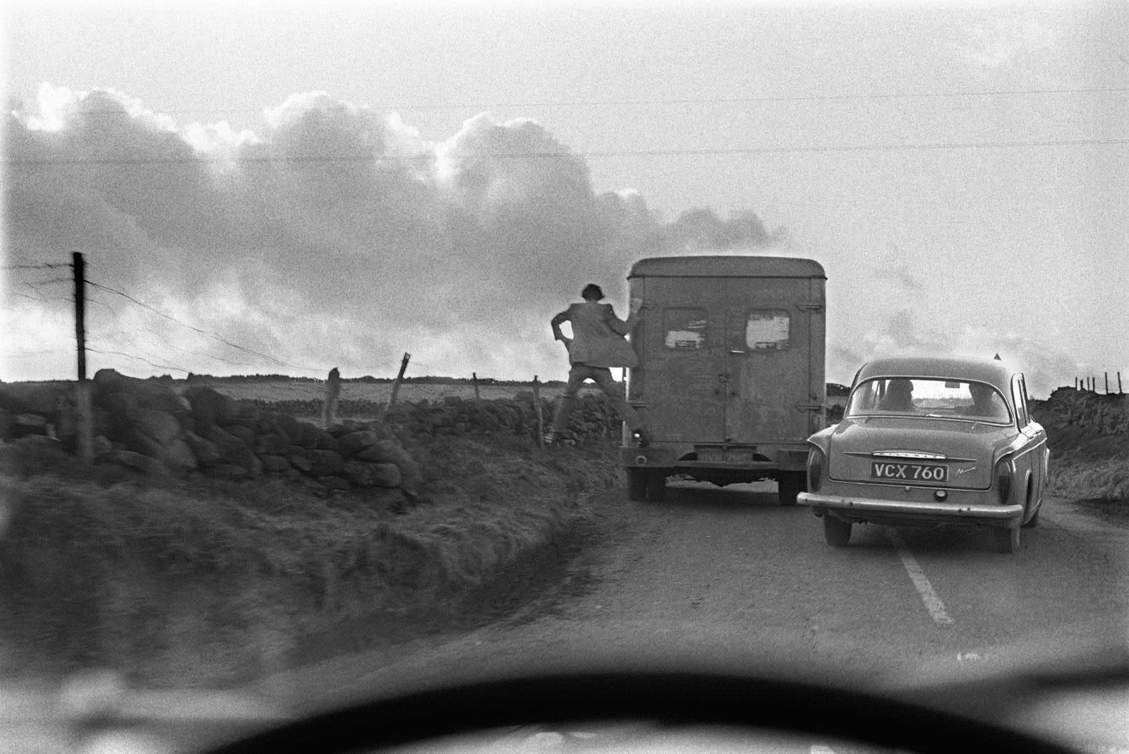 Homer Sykes, Man jumping off the back of a lorry, 1970