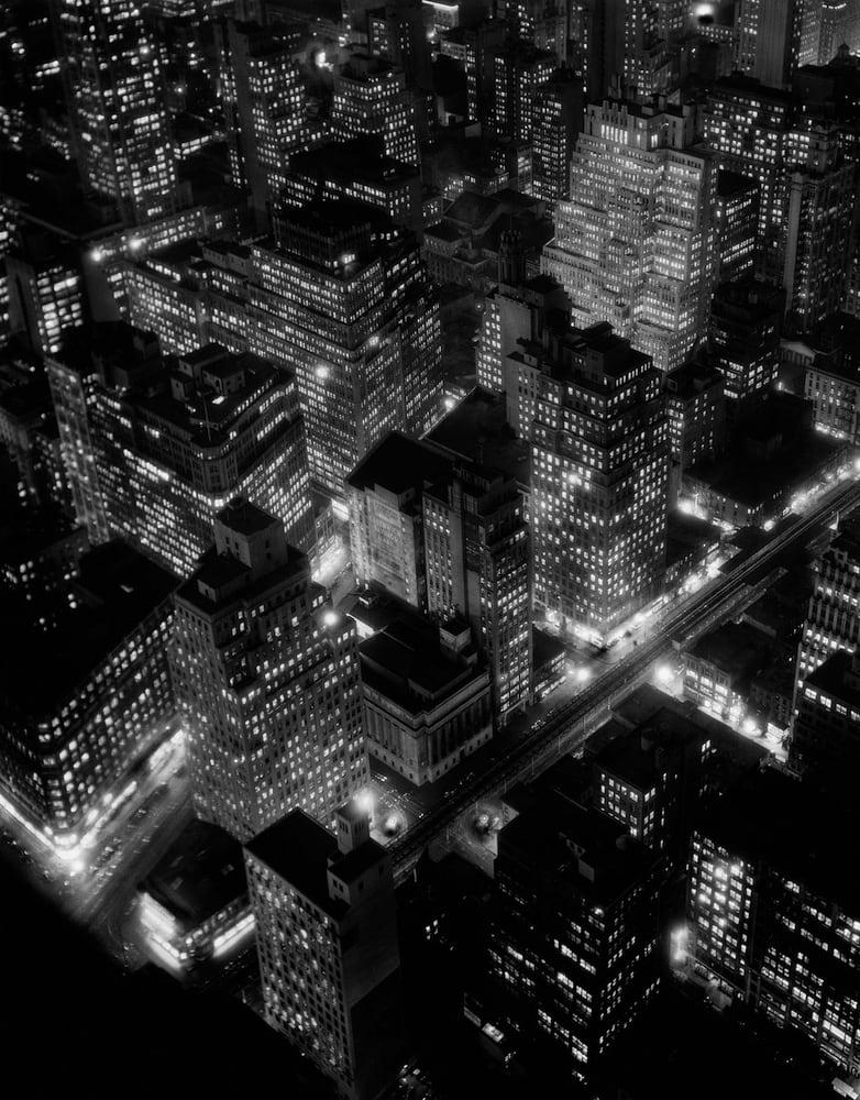 Berenice Abbott Nightview, New York Photogravure sur papier Somerset Satin 100% coton 25 x 32 cm Dim. papier: 38 x 48 cm