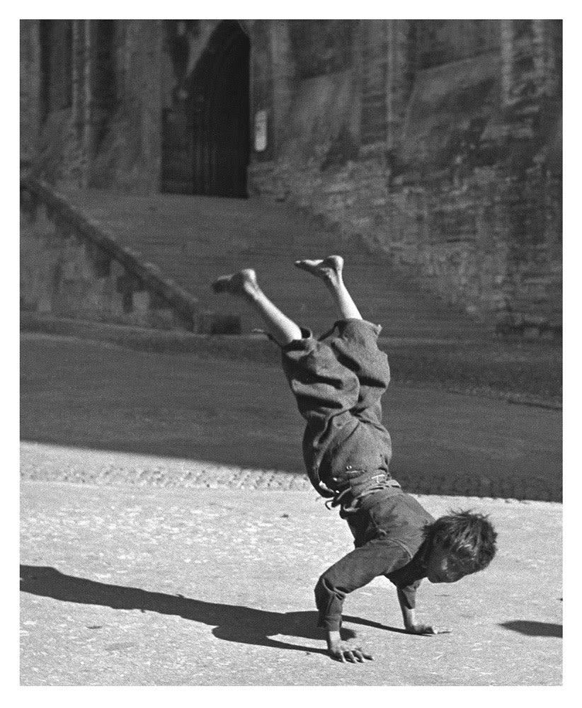 Sabine Weiss, Gitans devant le Palais des Papes, Avignon, 1946