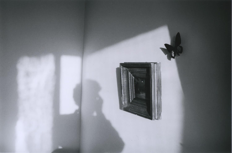 Hervé Guibert Autoportrait, tableau carré, rue du Moulin-Vert Tirage gélatino-argentique d'époque 14,7 x 22,5 cm Dim. papier: 23,8 x 30,4 cm