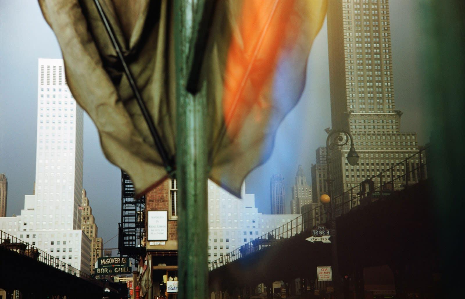Ernst Haas Third Avenue Reflection, New York City, USA Tirage chromogène posthume 57,5 x 86,4 cm Dim. papier: 76 x 101,5 cm