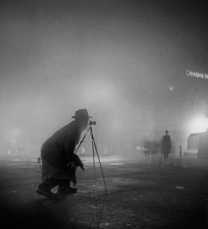 Sabine Weiss Le photographe à Londres Tirage gélatino-argentique postérieur 32 x 41,5 cm Dim. papier: 40 x 50 cm
