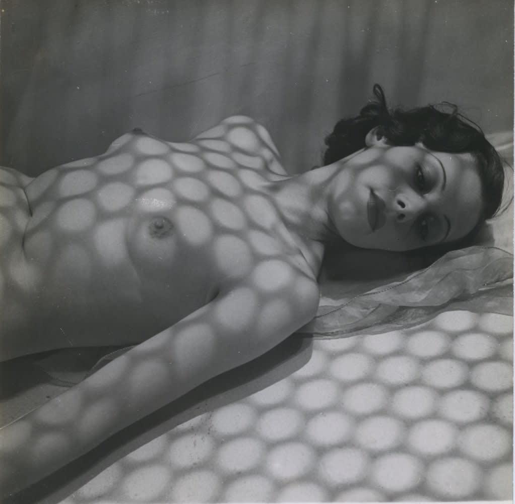 Pierre Boucher Nu avec ombres Tirage gélatino-argentique d'époque 17,9 x 17,9 cm Dim. papier: 22 x 17,9 cm