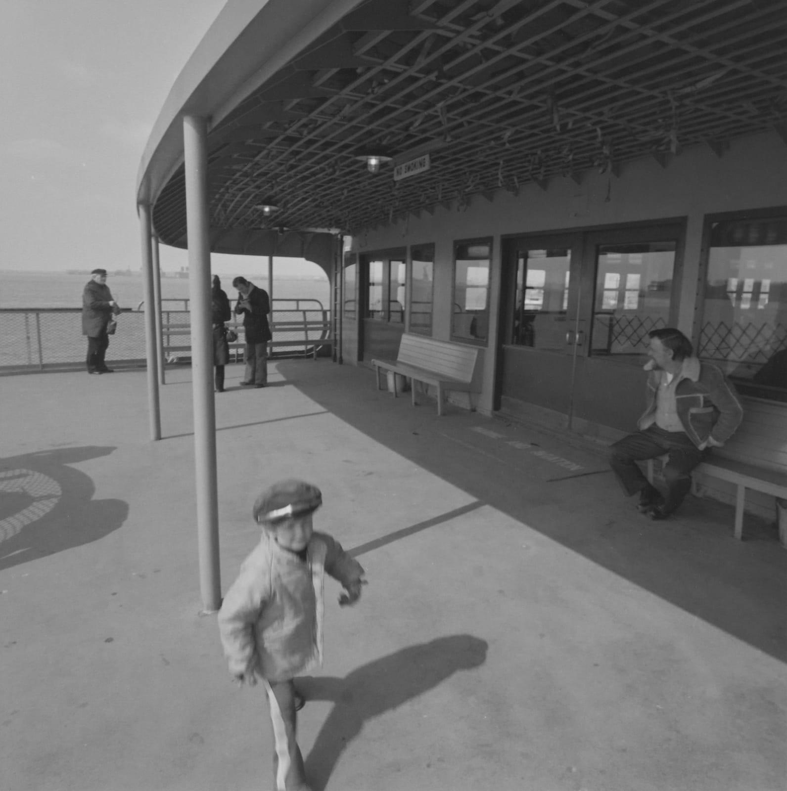 Steven Rifkin Untitled, Staten Island Ferry Tirage gélatino-argentique 17,8 x 17,8 cm Dim. papier: 20,3 x 25 cm