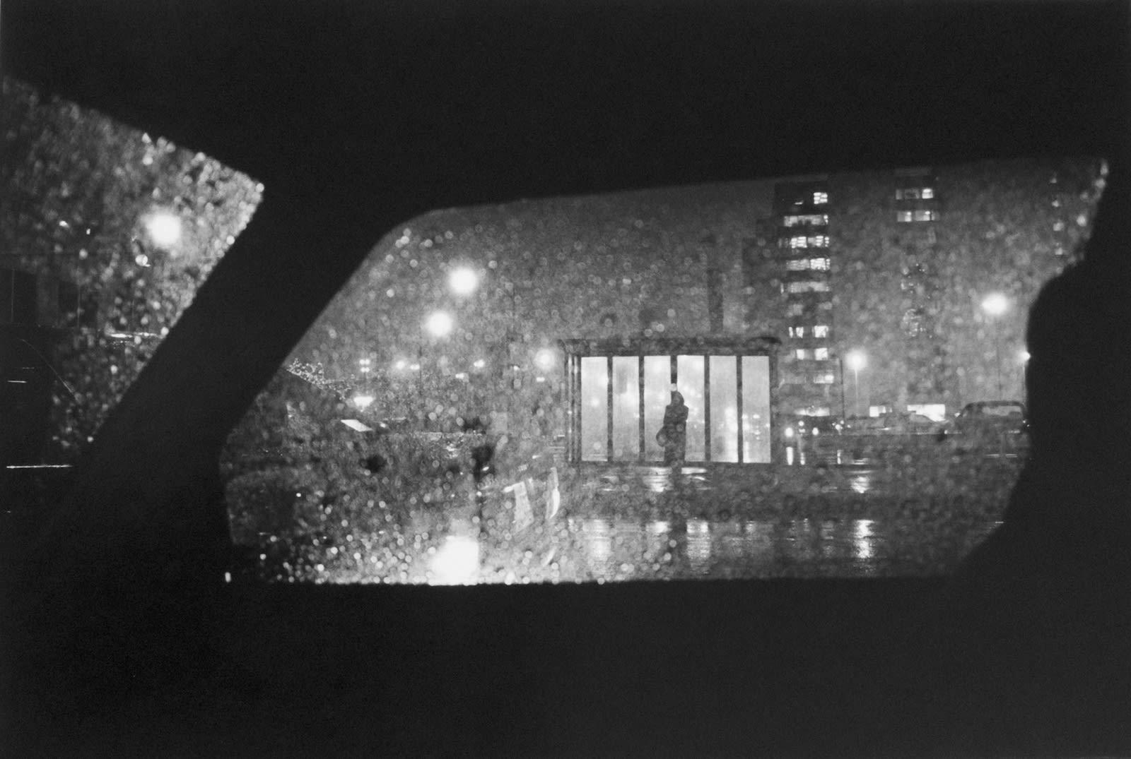 Tom Arndt Woman at bus stop at night, Chicago Tirage gélatino-argentique moderne, réalisé par l'artiste 30 x 44 cm Dim. papier: 40,6 x 50,8 cm