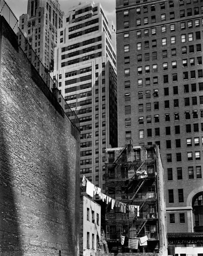 Berenice Abbott, Construction of old & new, 38 Greenwich Street, New York, 1936