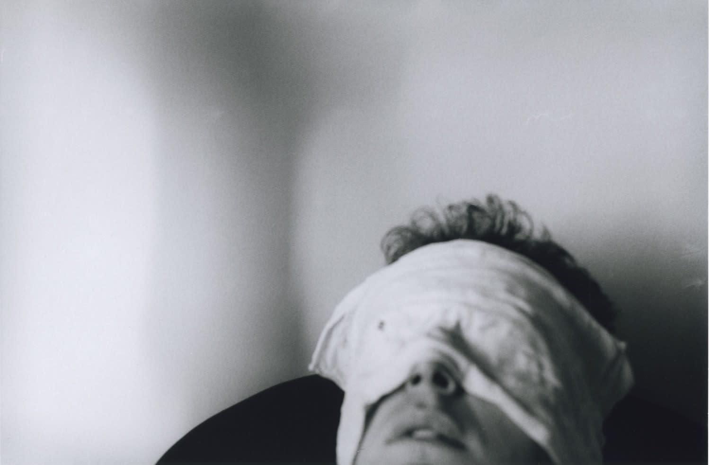 Hervé Guibert Autoportrait, yeux bandés Tirage gélatino-argentique d'époque 14,7 x 22,3 cm Dim. papier: 23,8 x 30,2 cm