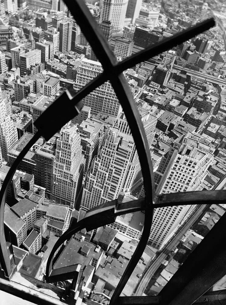 Berenice Abbott City Arabesque form the roof of 60 Wall Street Tower, New York Tirage gélatino-argentique postérieur Dim. papier: 40 x 50 cm