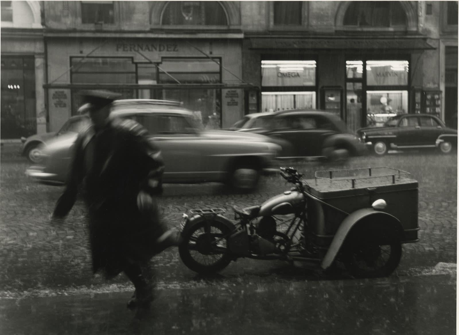 Sabine Weiss, Triporteur, rue de la Paix, Paris, 1957