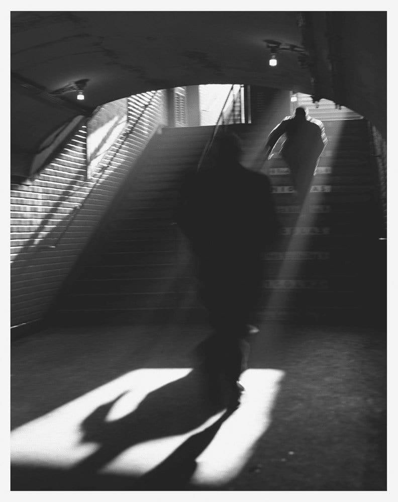 Sabine Weiss Sortie de métro, Paris Tirage gélatino-argentique postérieur 27 x 34,2 cm Dim. papier: 30 x 40 cm