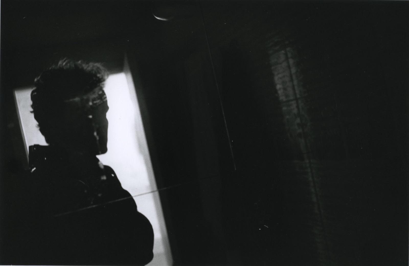 Hervé Guibert Autoportrait noir Tirage gélatino-argentique d'époque 15,2 x 23,3 cm Dim. papier: 24 x 30,5 cm